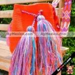 bj00154 Bolsa artesanal hecha a mano tejida con pompones de hilo color naranja medida de 26×27 cmmayoreo fabricante proveedor taller maquilador (1)